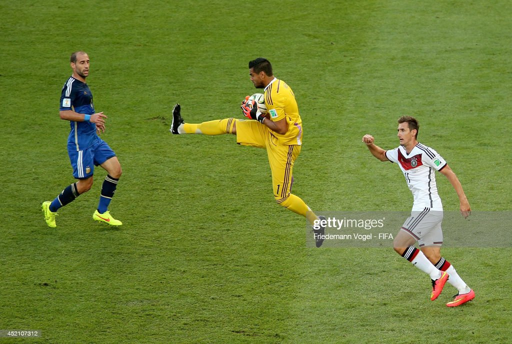 Sergio Romero of Argentina catches the ball during the 2014 FIFA World Cup Brazil Final match between Germany and Argentina at Maracana on July 13, 2014 in Rio de Janeiro, Brazil.