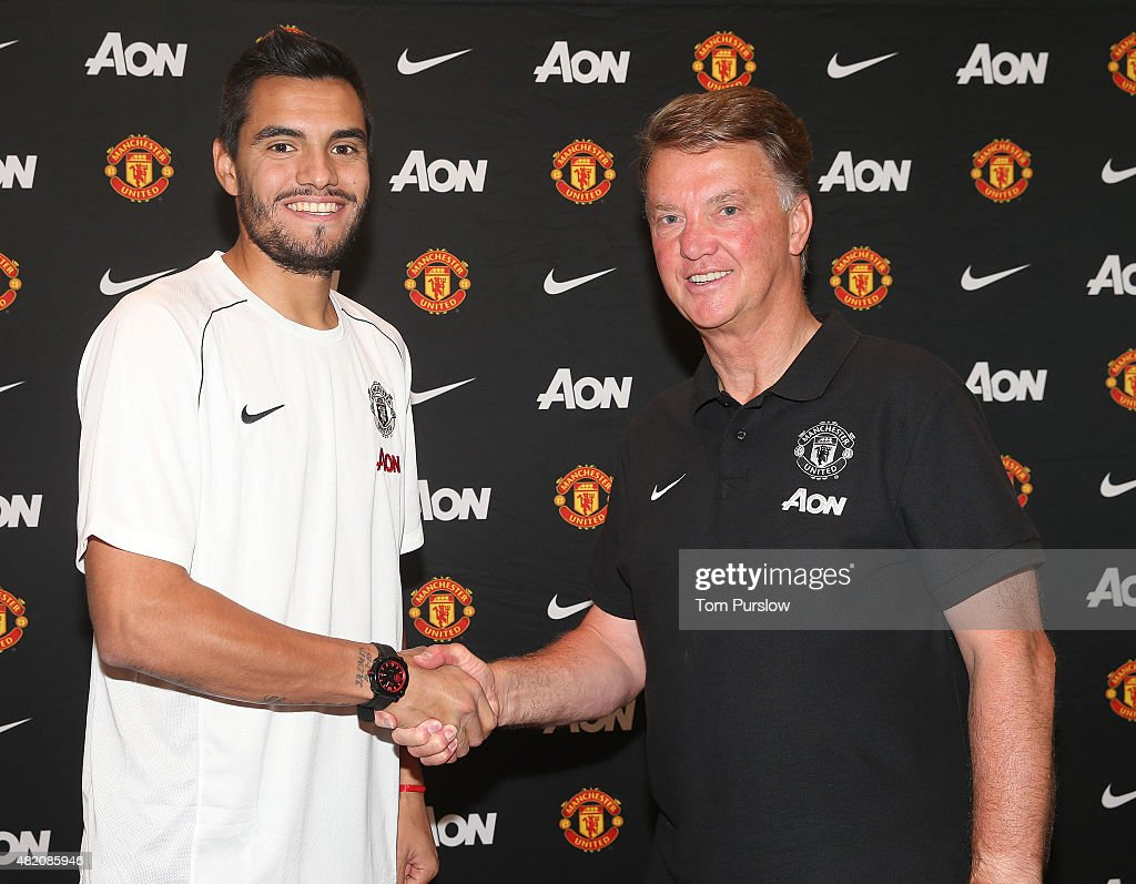 <a gi-track='captionPersonalityLinkClicked' href=/galleries/search?phrase=Sergio+Romero&family=editorial&specificpeople=4100804 ng-click='$event.stopPropagation()'>Sergio Romero</a> of Manchester United (L) poses with manager Louis van Gaal after signing for the club on July 26, 2015 in San Jose, California.