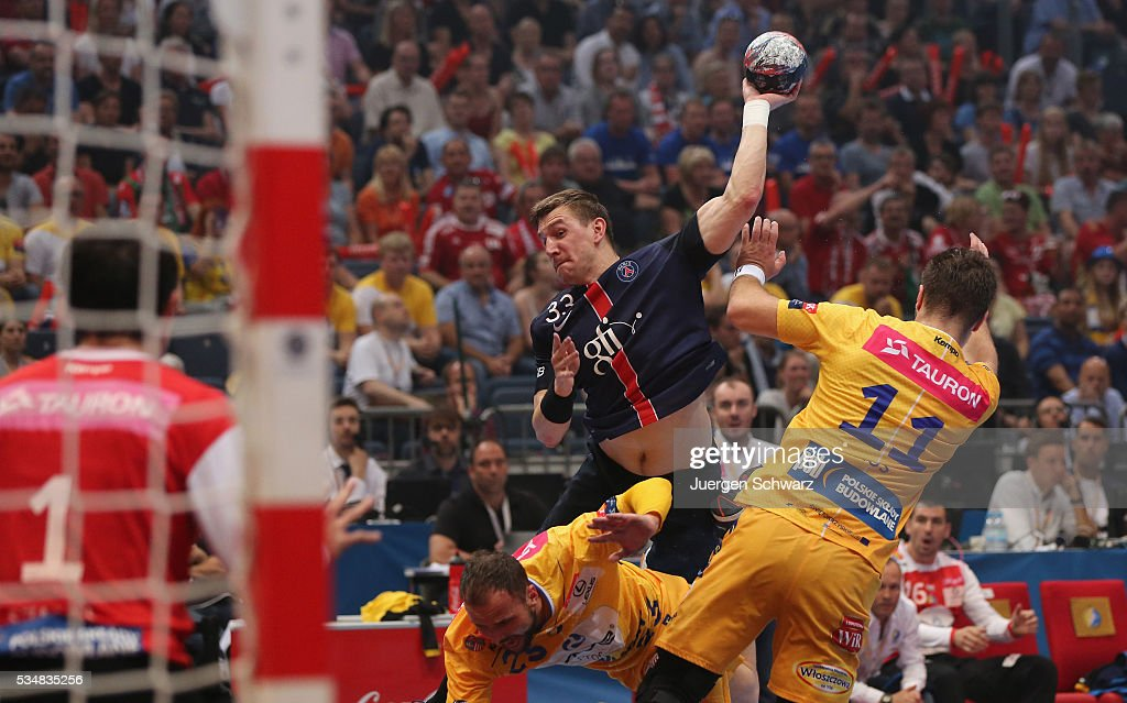 Sergiy Onufryienko of Paris (C) throws the ball near Mateusz Kus of Kielce (R) during the first semi-final of the EHF Final4 between VS Tauron Kielce and Paris Saint-Germain on May 28, 2016 in Cologne, Germany.