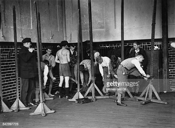 Serie Schulen in Not Wegen zu hoher Schülerzahlen müssen Schüler einer Berliner Volksschule dieTurnhalle als Umkleideraum benutzen 1931Aufnahme...