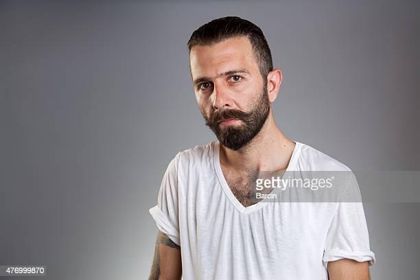 Grave Jeune homme barbu