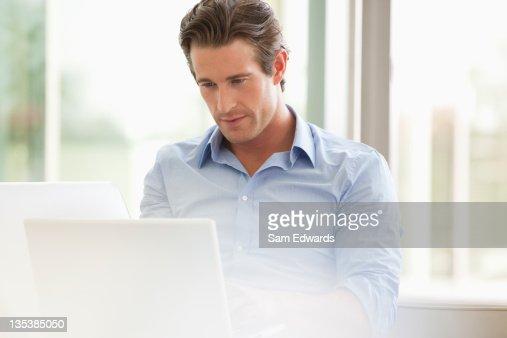 s rieux homme daffaires laide dun ordinateur portable photo getty images. Black Bedroom Furniture Sets. Home Design Ideas