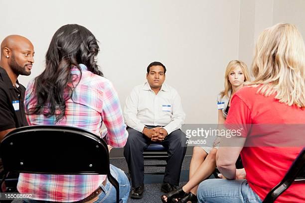 Homme sérieux pendant une équipe de discussion