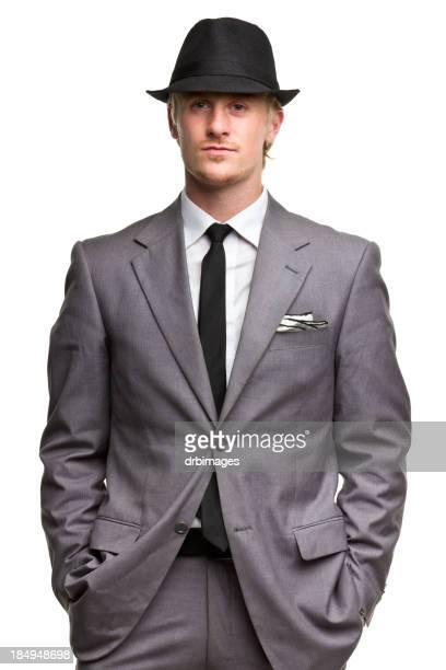 Ernste Mann in Anzug und Mütze
