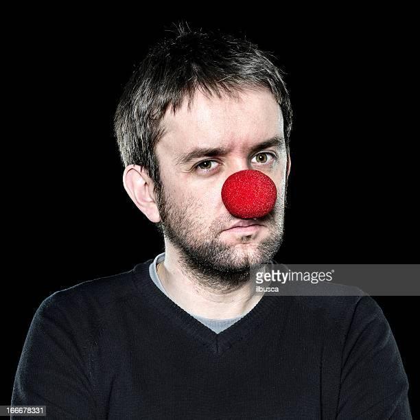 Ernste Mann mit der roten Nase, auf schwarzem Hintergrund