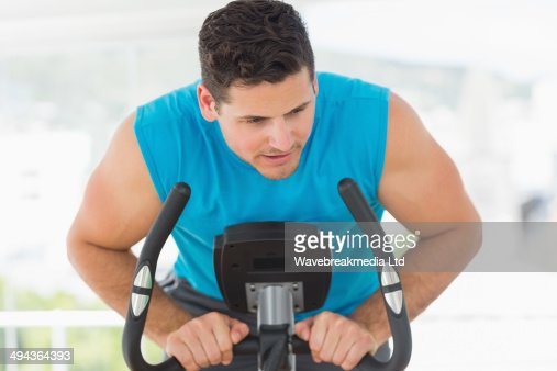 Serious man working out at spinning class : Foto de stock