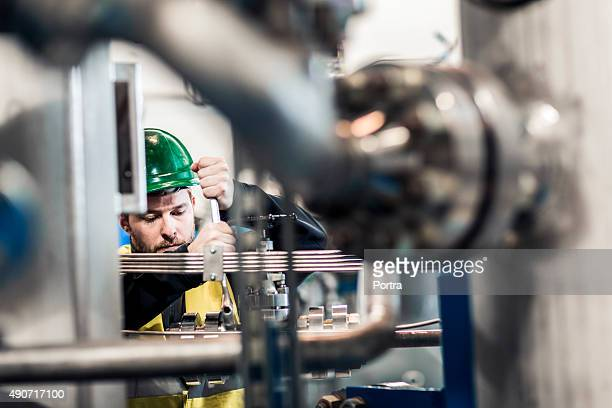 Les professionnels travaillant sur machine de production en usine