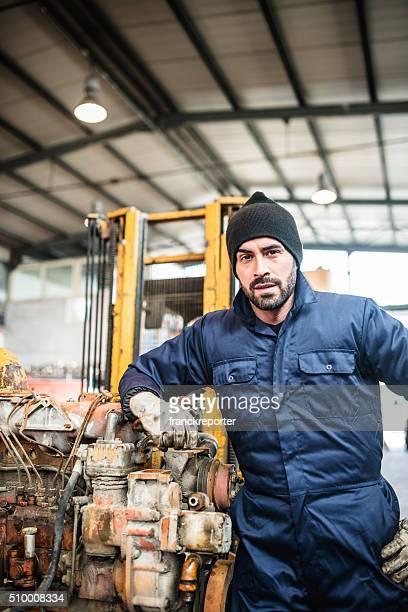 """Ernst Mechaniker in einer Tiefgarage arbeiten mit einem """" Motor"""""""