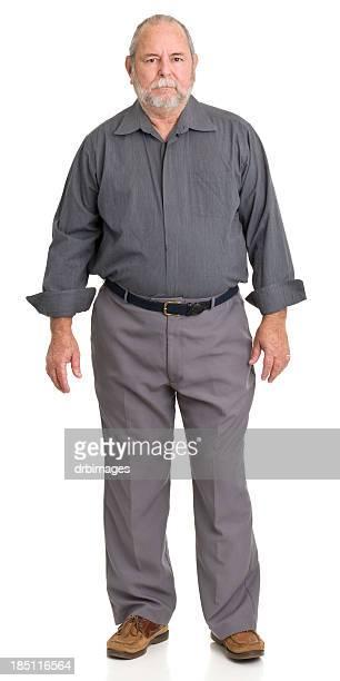 Grave uomo anziano in piedi