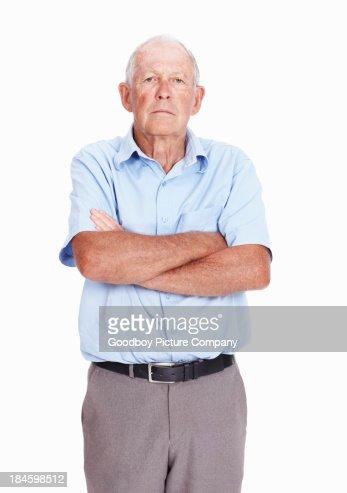 Grave uomo anziano con Braccia incrociate