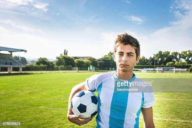 Retrato serio jugador de fútbol en el campo