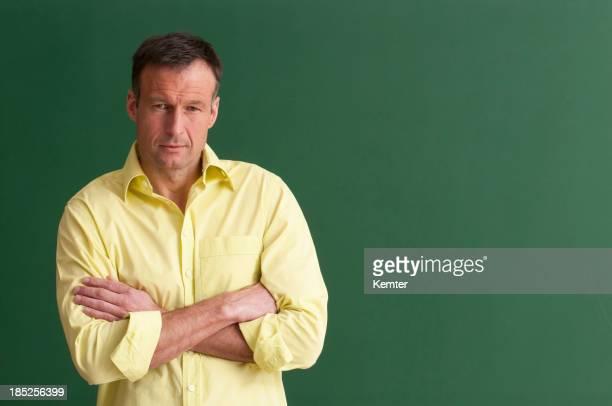 Ernst Lehrer mit Arme verschränkt im Schreibtafel