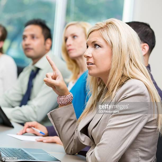 Grave giovane donna in carriera domanda in classe di formazione aziendale