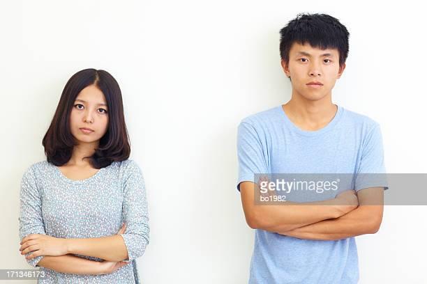 Grave giovane uomo e donna guardando in telecamera
