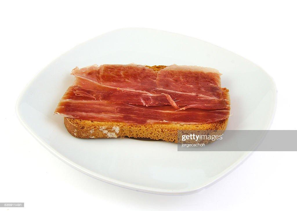Presunto Serrano sobre a fatia superior do pão. Jabugo. Espanhol TapaCity in Estonia : Foto de stock