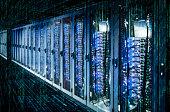 Netzwerkschränke mit Server-Racks in einem Rechenzentrum mit Matrix.