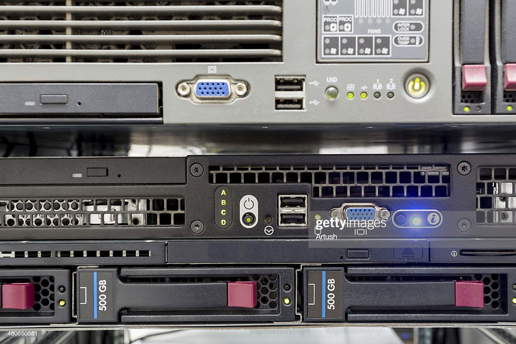 Pilha de discos rígidos com servidores em datacenter : Foto de stock