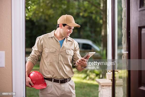Service Branche: Lateinamerikanischer Herkunft Handwerker bei Kunden vor der Tür.