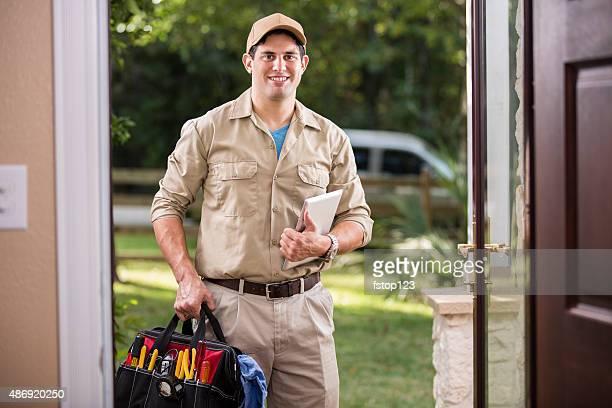 Service secteur: En descente réparateur au client de la porte d'entrée.