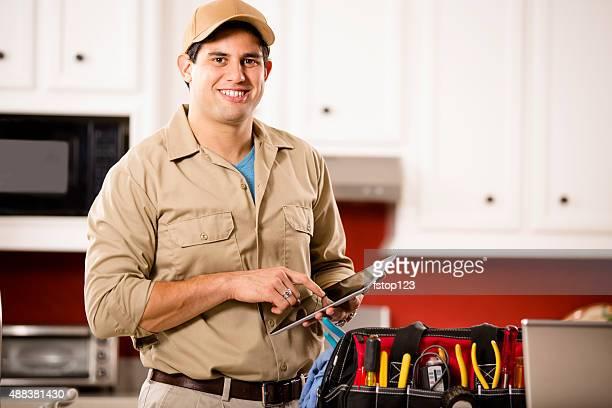 Service Branche: Handwerker Arbeiten an Kunden zu Hause fühlen. Tools. Digitale tablet.