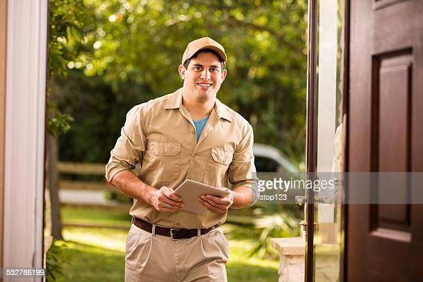 Service: En descente réparateur au client de la porte d'entrée. Tablette numérique.