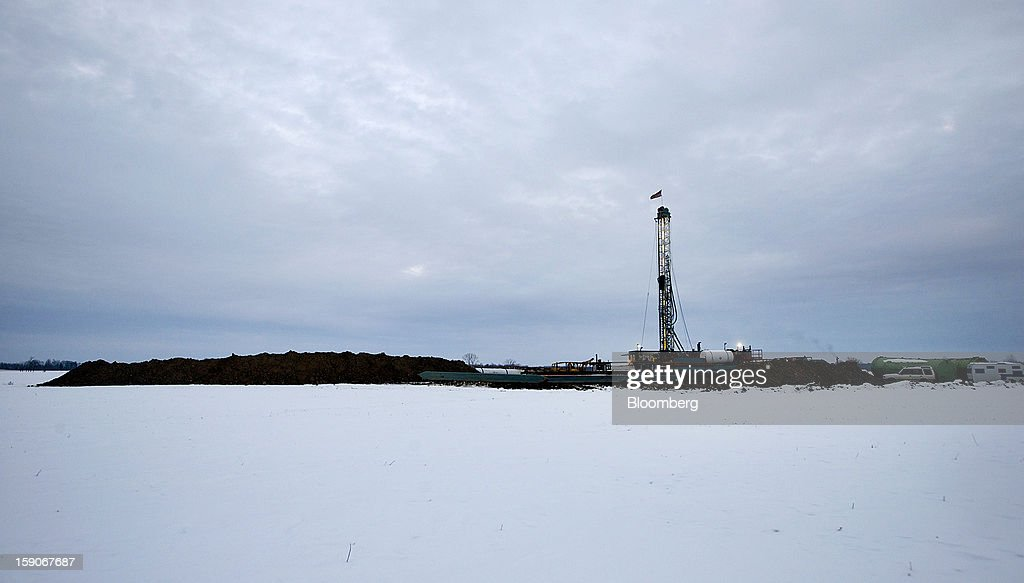 A service rig, referred to as a 'one armed bandit', drills for oil at Kilbarger Construction Inc.'s site in Knox County, Ohio, U.S., on Saturday, Jan. 5, 2013. Domestic U.S. oil production averaged 6.99 million barrels a day in the week ended Dec. 28, the most since March 1993, according to the Jan. 4 Energy Department report. Photographer: Ty Wright/Bloomberg via Getty Images