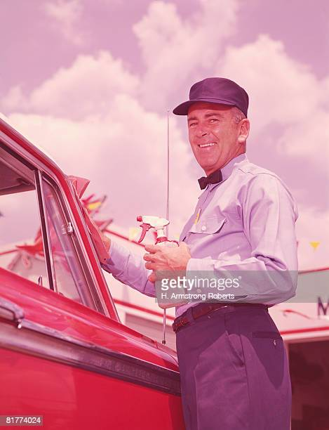 Service station attendant washing windscreen of car. (Photo by H. Armstrong Roberts/Retrofile/Getty Images)