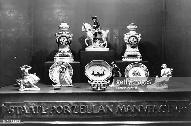 ServiceTeile Uhren und Figuren ausgestellt in einem Schaufenster der Staatlichen PorzellanManufaktur 1939