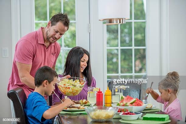 Sirve ensaladas en la cena,