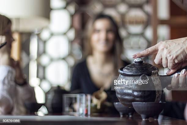 Servant du thé au restaurant