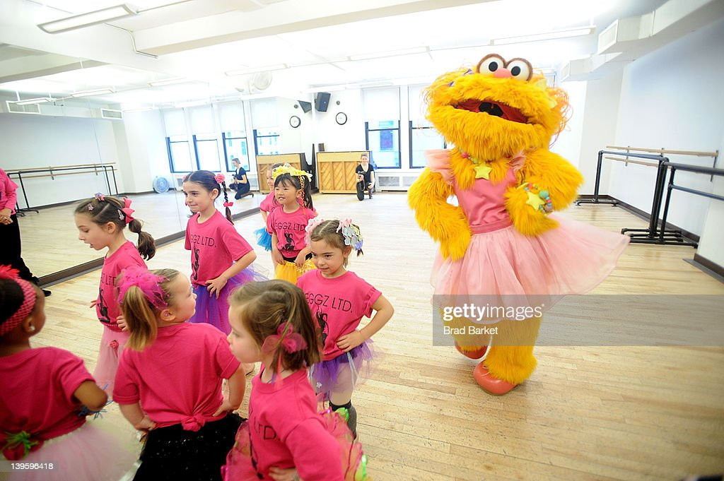 Sesame Street Live 39 S Muppet Zoe Takes A Dance Class With Children From The Leggz Ltd Dance