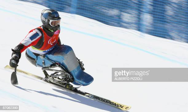 An athlete complete during men's downhillsittingskiing competition at the Turin winter paralympics in Sestriere 12 March 2006 AFP PHOTO / ALBERTO...