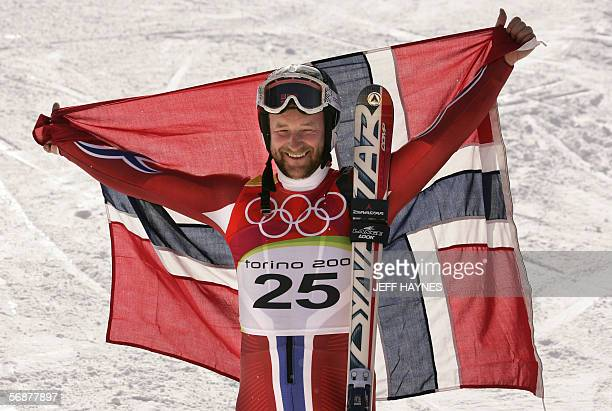 Kjetil Andre Aamodt from Norway displays his national flag 18 February 2006 following the Men's SuperG second run in Sestriere Borgota Italy Aamodt...