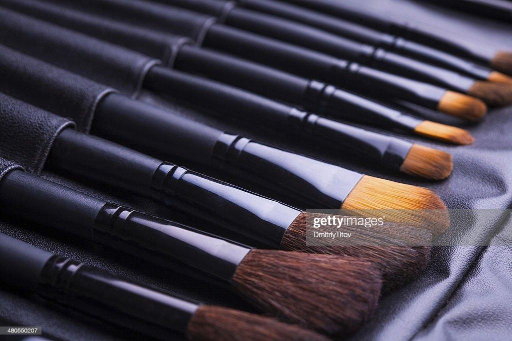 Conjunto de pinceles de maquillaje negro en fila : Foto de stock