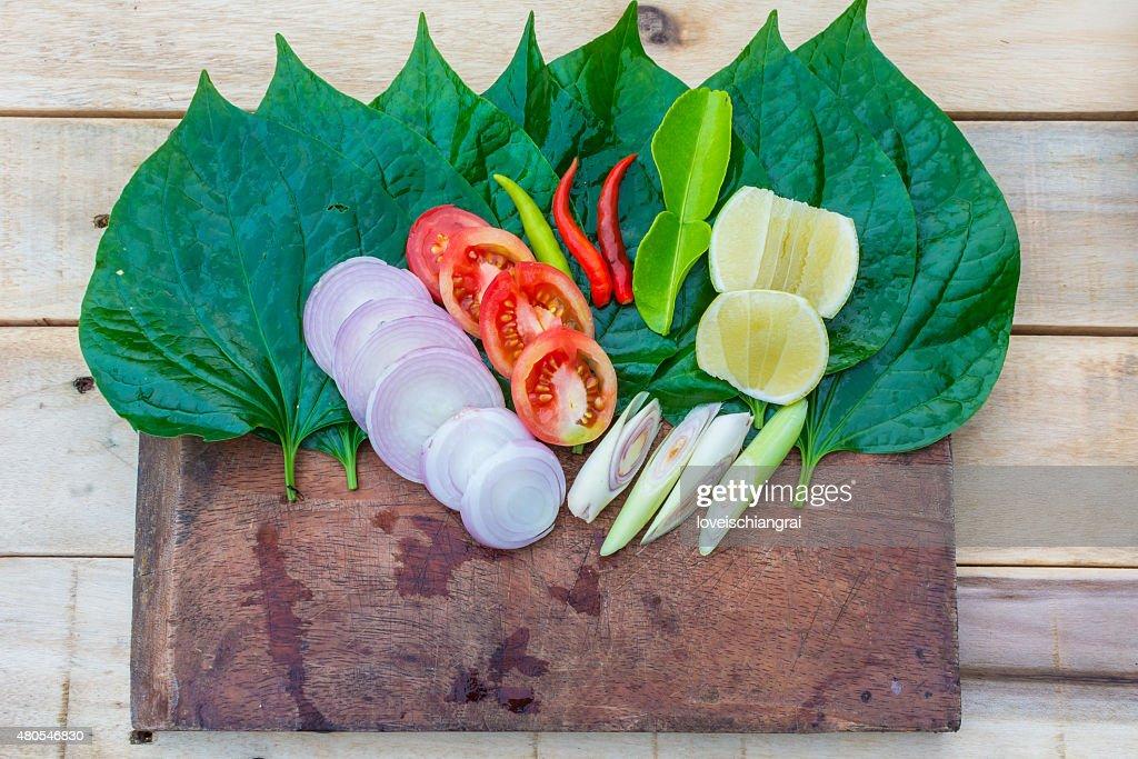 Conjunto de ervas aromáticas frescas na madeira asiática : Foto de stock