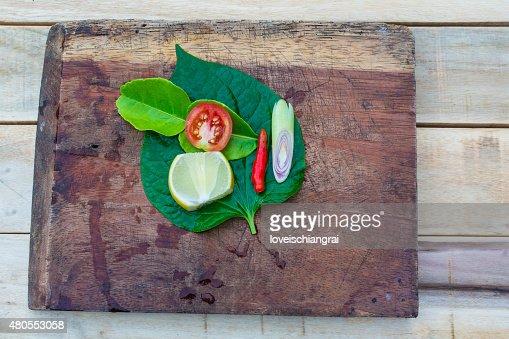Juego de hierbas frescas en madera asiática : Foto de stock