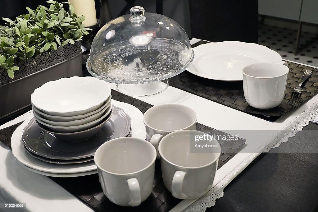 Conjunto de pratos de cerâmicas, taças, placas e os copos de café : Foto de stock