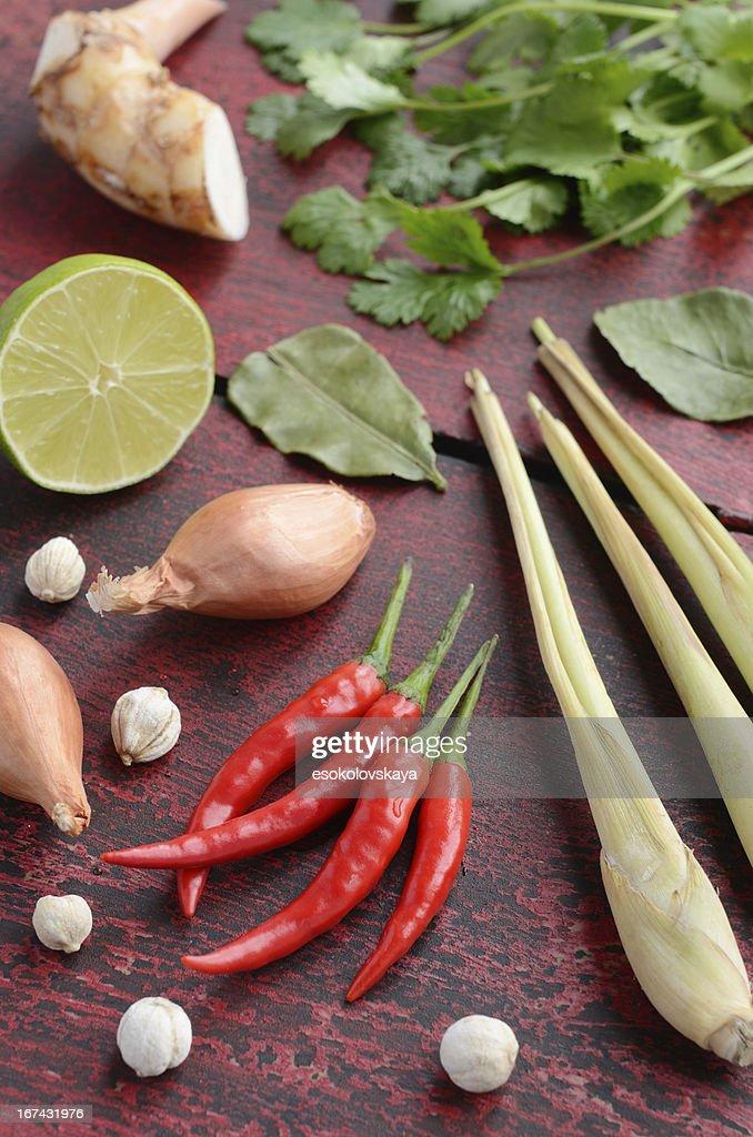 Conjunto de comida tailandesa de ingredientes sobre fondo de madera : Foto de stock