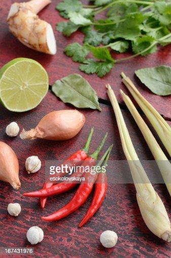Tailandês conjunto de ingredientes em fundo de madeira : Foto de stock