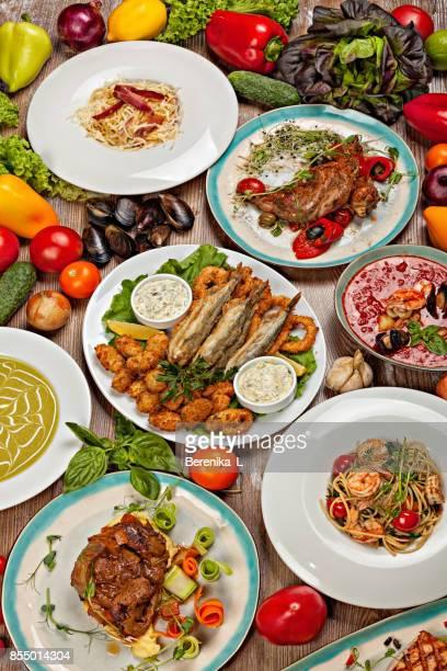 Ensemble de divers plats de la cuisine méditerranéenne, les légumes et les herbes.