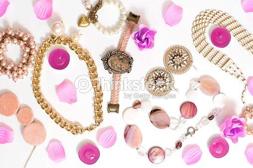 ddaa7ce2866b Conjunto de joyería de las mujeres en estilo vintage camafeo perla cadena  pendientes sobre fondo blanco