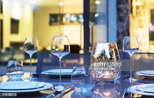 Set de table dans le jardin, au crépuscule