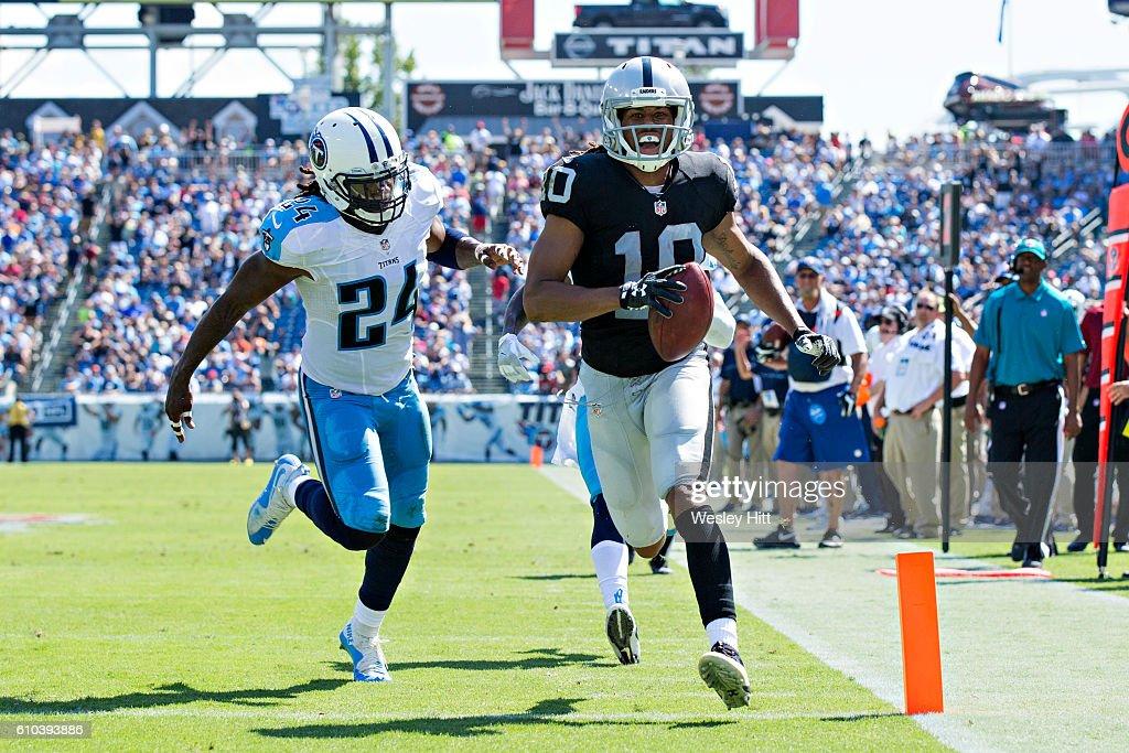 Seth Roberts #10 of the Oakland Raiders outruns Daimion Stafford #24 of the Tennessee Titans to the end zone for a touchdown at Nissan Stadium on September 25, 2016 in Nashville, Tennessee.