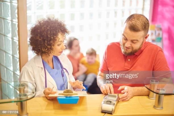 Beilegung von seiner Familie Arztrechnung