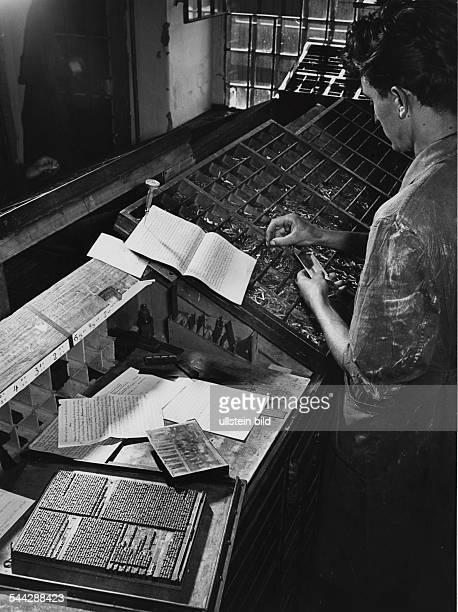 Setzer beim Bleisatz an einem Setzkasten undatiert um 1955Fotografie Hugo SchmidtLuchs