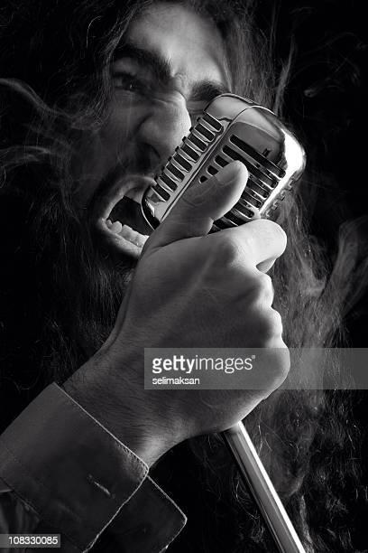 Seventies rock star Singen auf alten Mikrofon
