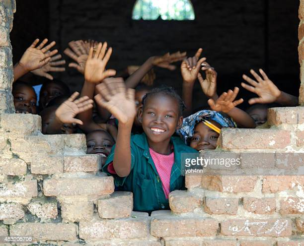 Plusieurs enfants africains agitant les mains au Tchad