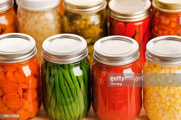 Mehrere Krüge of harvest Gemüse in Reihen