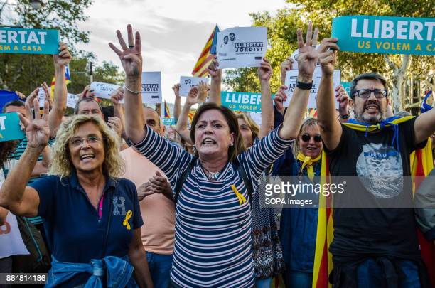 Several people shout slogans at the start of the demonstration About 450000 people have been focused to support the Government and the Catalan...
