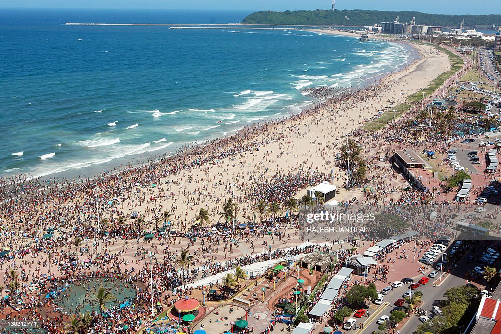 Several thousands of New Year party revellers and holidaymakers gather on the North Pier Beach and the swimming pool during New year festivities in...